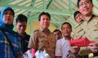 Bupati Cirebon, Drs. H. Sunjaya Purwadisastra, MM., M.Si., mengunjungi stand kerajinan tangan dari limbah plastik.
