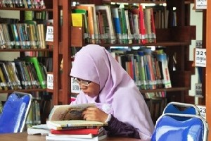 Seorang pengunjung tampak tengah membaca buku koleksi Perpustakaan 400 Kota Cirebon.