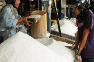 Suasana salah satu kios beras di Pasar Drajat Kota Cirebon.