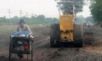 PERBAIKAN: Kondisi jalan di Desa Gintung, Kecamatan Ciwaringin yang menjadi penghubung Desa Kedongdong, Kecamatan Susukan sedang diperbaiki, hari Kamis (11/06) kemarin.
