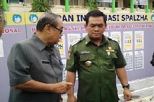 Kepala Dinas Pendidikan Kota Cirebon, H. Wahyo, M.Pd., (kiri) tengah berbincang dengan Walikota Cirebon, Drs. H. Nasrudin Azis.