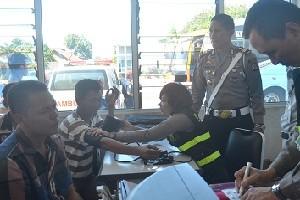 Satlantas Polres Cirebon bersama dinas terkait melakukan cek kesehatan terhadap pengemudi bus dalam rangkaian persiapan menghadapi arus mudik dan balik Lebaran, belum lama ini.