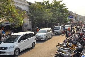 Suasana arus lalulintas dan parkir kendaraan di Pasar Kanoman Kota Cirebon.