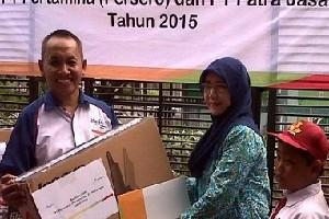 Perwakilan dari SDN 2 Kertawinangun menerima bantuan CSR yang diserahkan GM Patra Jasa Hotel Cirebon, Suwardi, hari Rabu (11/11) kemarin.