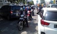 Suasana lalulintas  yang semrawut akibat dari parkir di badan jalan pada beberapa sekolah di sepanjang Jalan Cipto - Kota Cirebon.