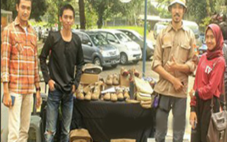 Berita Online Cirebon Manfaatkan Karung Bekas